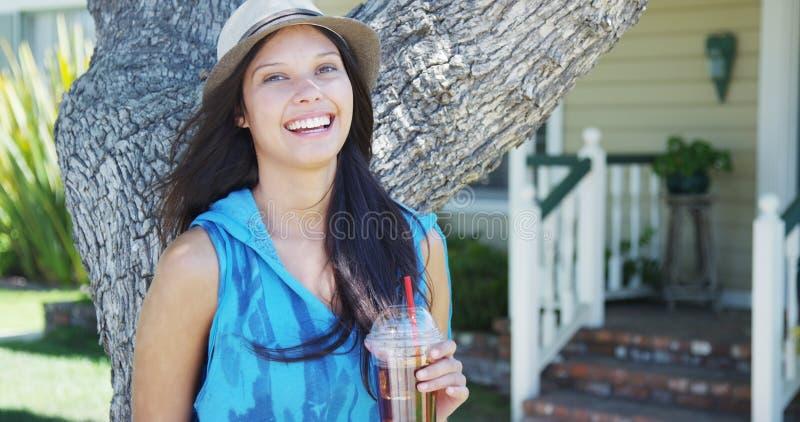Uśmiechać się mieszającą biegową kobiety pozycję drzewem zdjęcia royalty free