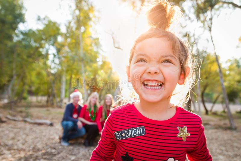 Uśmiechać się Mieszającego Biegowej dziewczynki Bożenarodzeniowego portret Z rodziną Za zdjęcia stock