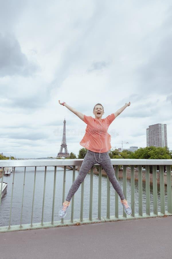 Uśmiechać się napad bawi się kobiety w Paryż, Francja doskakiwanie obrazy royalty free
