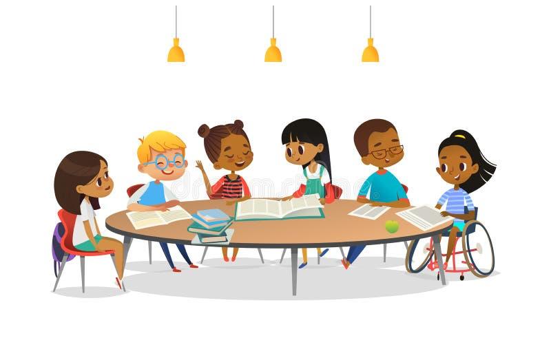 Uśmiechać się niepełnosprawnej dziewczyny w wózku inwalidzkim i jej szkolnych przyjaciół siedzi wokoło round stołu, czytelniczych ilustracji