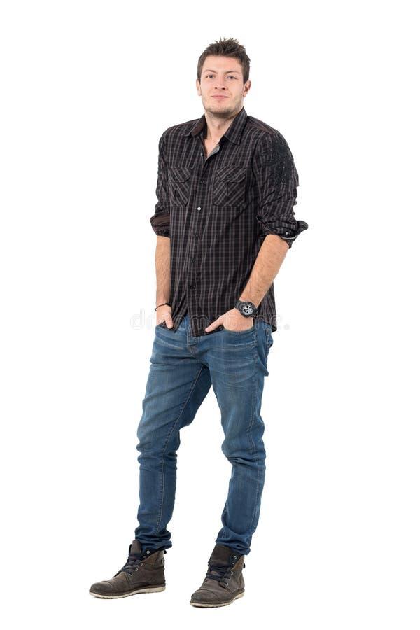 Uśmiechać się relaksującego mężczyzna w mądrze przypadkowych ubraniach z rękami w kieszeniach fotografia royalty free