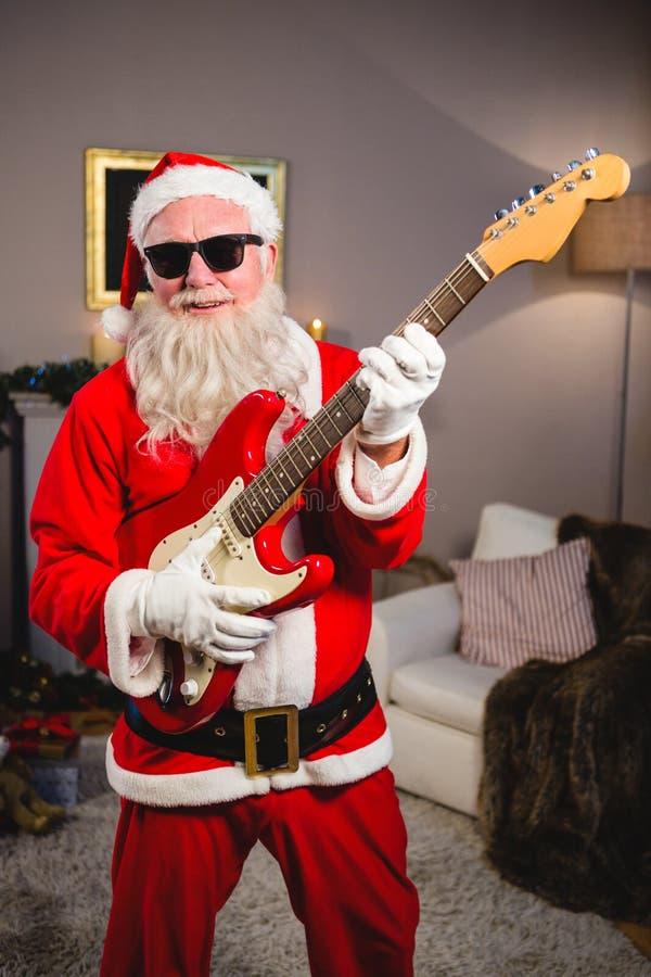 Uśmiechać się Santa Claus bawić się gitarę fotografia royalty free