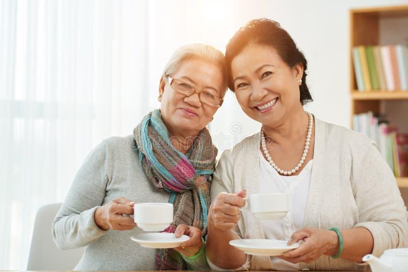 Uśmiechać się starzeć się kobiety obrazy royalty free