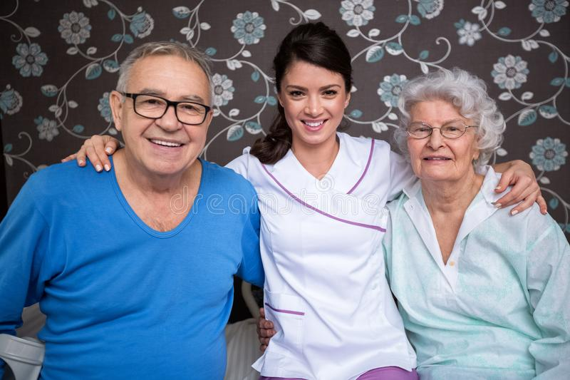 Uśmiechać się zadowolonych starsi ludzi z pielęgniarką fotografia royalty free