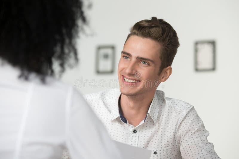 Uśmiechać się zainteresowanego samiec hr kierownika przeprowadza wywiad egzamininujący kobiety zdjęcie royalty free