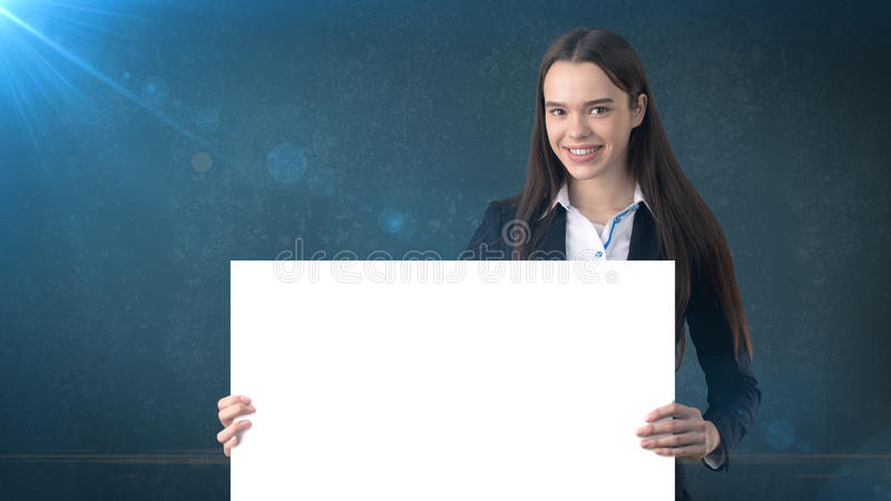 Uśmiecha się Biznesowej kobiety portret z pustą białą deską na błękicie odizolowywającym Kobieta model z długie włosy fotografia royalty free