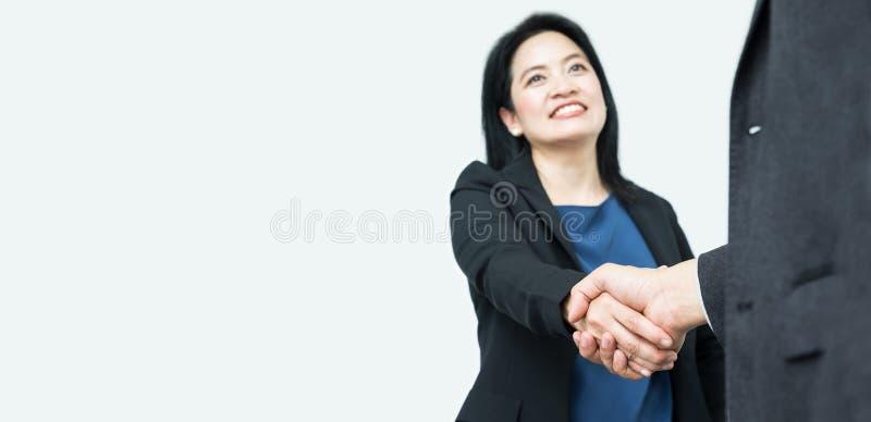 Uśmiecha się Biznesowej kobiety uścisk dłoni z biznesmenem, ostrość na ręce, Mo obraz royalty free