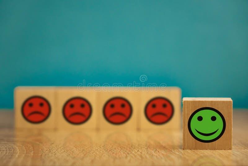 uśmiechające się i smutne emotikony na niebieskim tle koncepcja zadowolenia obraz stock