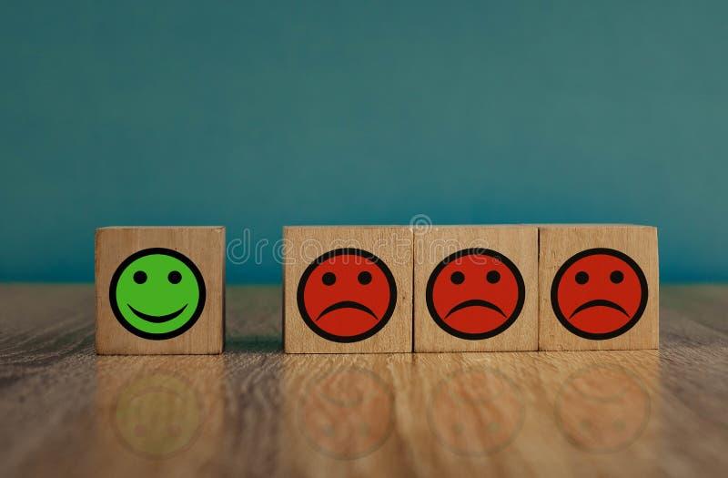 uśmiechające się i smutne emotikony na niebieskim tle koncepcja zadowolenia fotografia stock