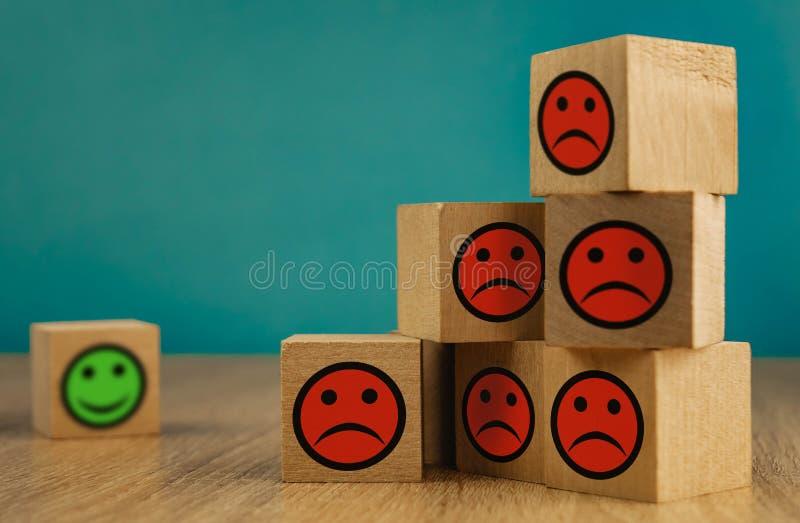uśmiechające się i smutne emotikony na niebieskim tle koncepcja zadowolenia fotografia royalty free