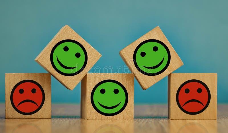 uśmiechające się i smutne emotikony na niebieskim tle koncepcja zadowolenia obrazy royalty free