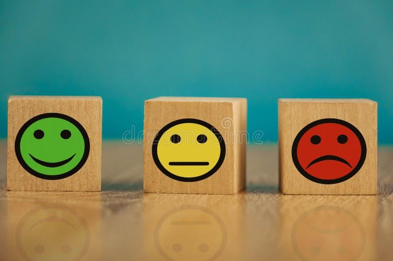 uśmiechające się, obojętne i smutne emotikony na niebieskim tle koncepcja zadowolenia fotografia royalty free