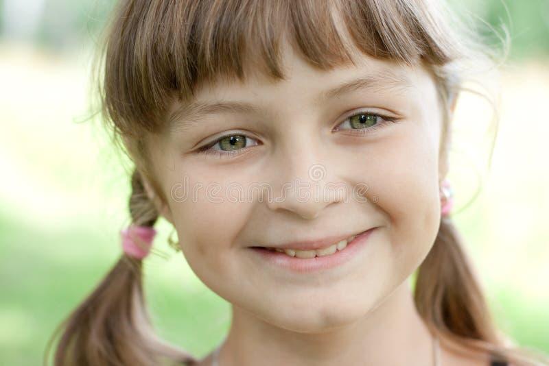 uśmiechającej się dziewczyny mały portreta ja target569_0_ obraz stock