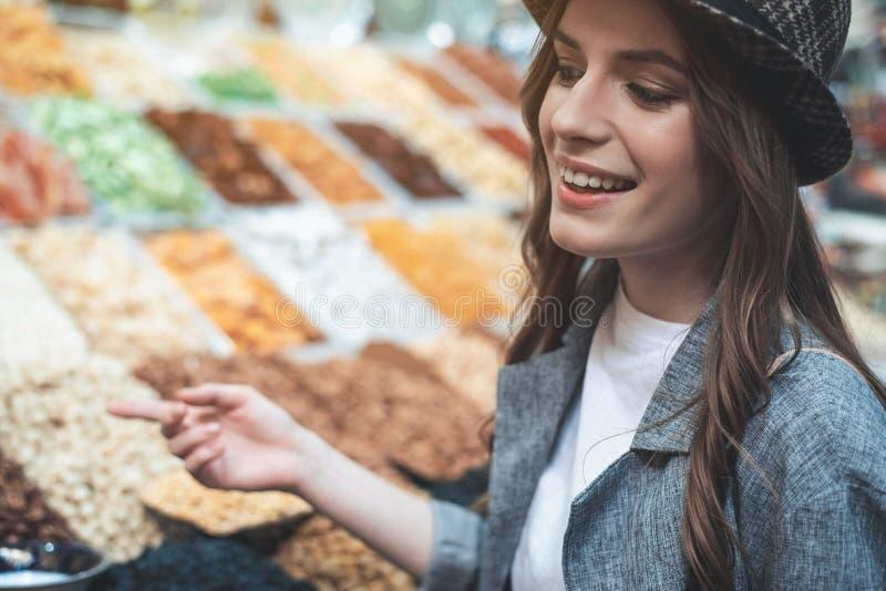 Uśmiechający się dama cieszy się chipsa zakup zdjęcia royalty free