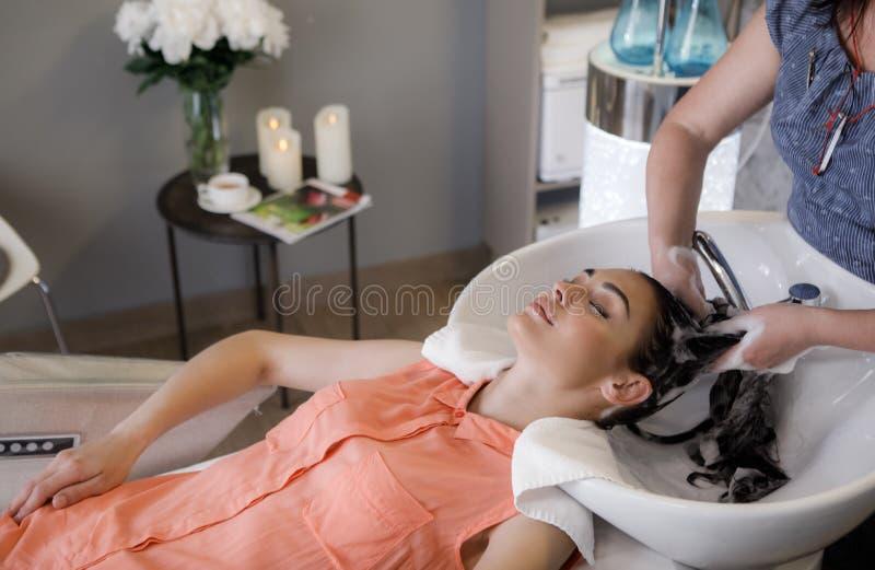 Uśmiechający się dama cieszy się wodną opiekę w wygodnym salonie obraz royalty free