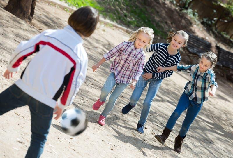 Uśmiechający się dzieciaków bawić się ulicznego futbol outdoors obrazy stock