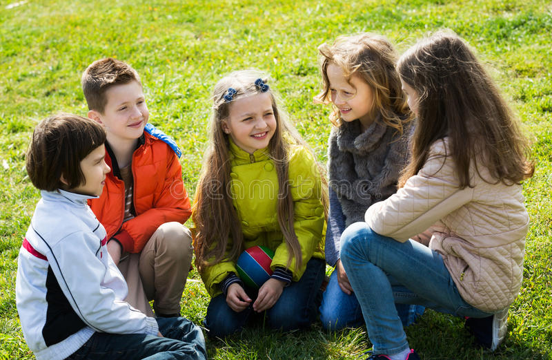 Uśmiechający się dzieciaków gawędzić plenerowy fotografia royalty free