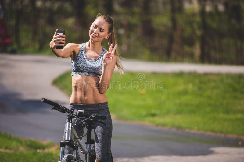 Uśmiechający się sportowa dziewczyna strzela w pogodnym parku fotografia royalty free