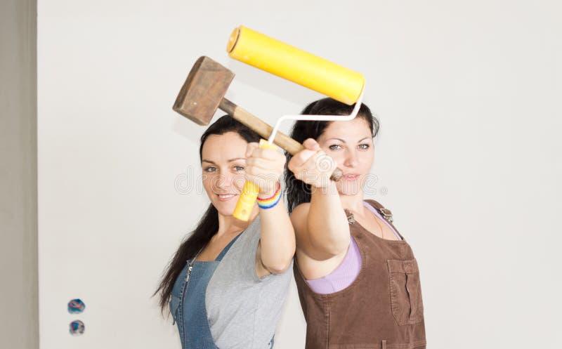 Uśmiechnięci żeńscy przyjaciele pozuje z ich narzędziami zdjęcie royalty free