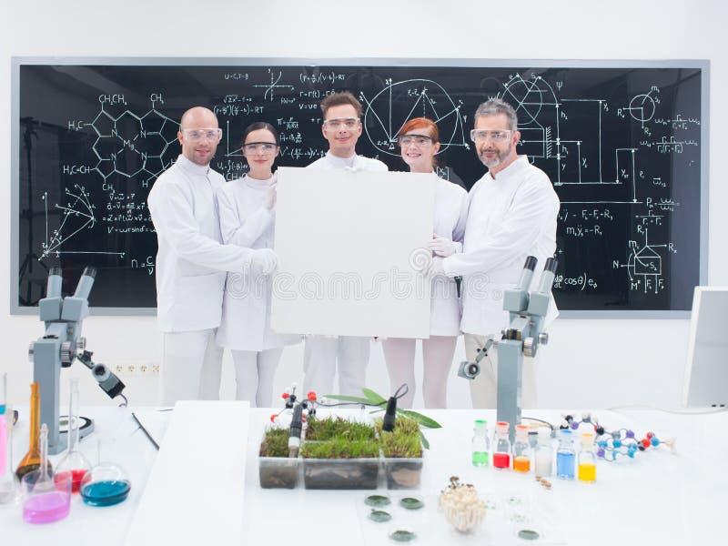Uśmiechnięci badacze w lab obraz royalty free