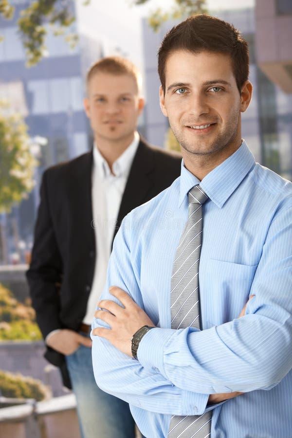 Uśmiechnięci biznesmeni na zewnątrz biura obraz royalty free