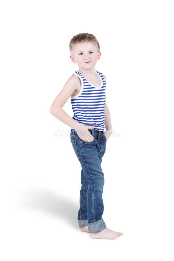 Uśmiechnięci bosonodzy chłopiec stojaki obrazy stock
