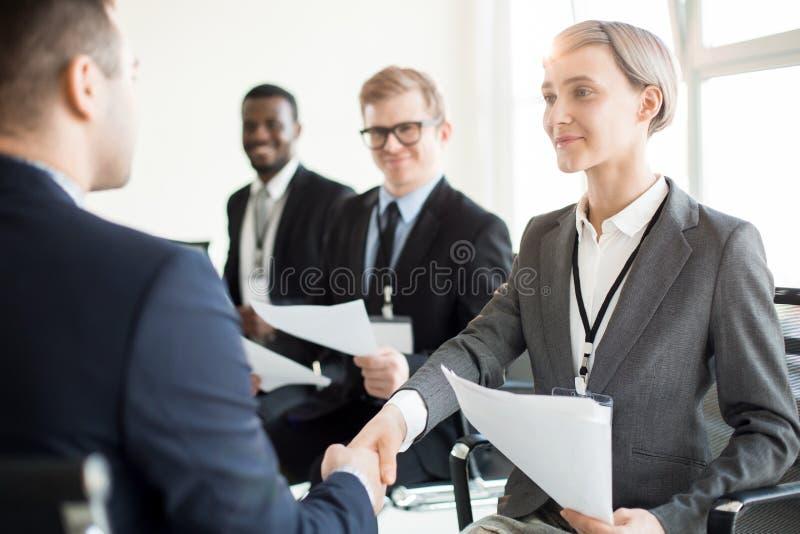 Uśmiechnięci coworkers trząść ręki obraz stock