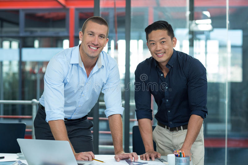 Uśmiechnięci dyrektory wykonawczy pracuje w biurze obraz royalty free