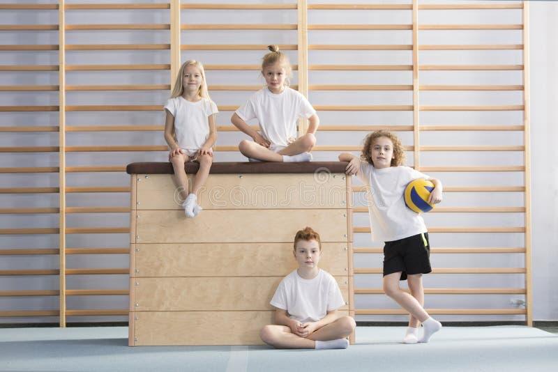 Uśmiechnięci dzieci na drewnianym pudełku obrazy stock