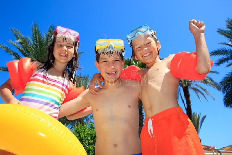 Uśmiechnięci dzieci w kostiumach kąpielowych zdjęcie royalty free