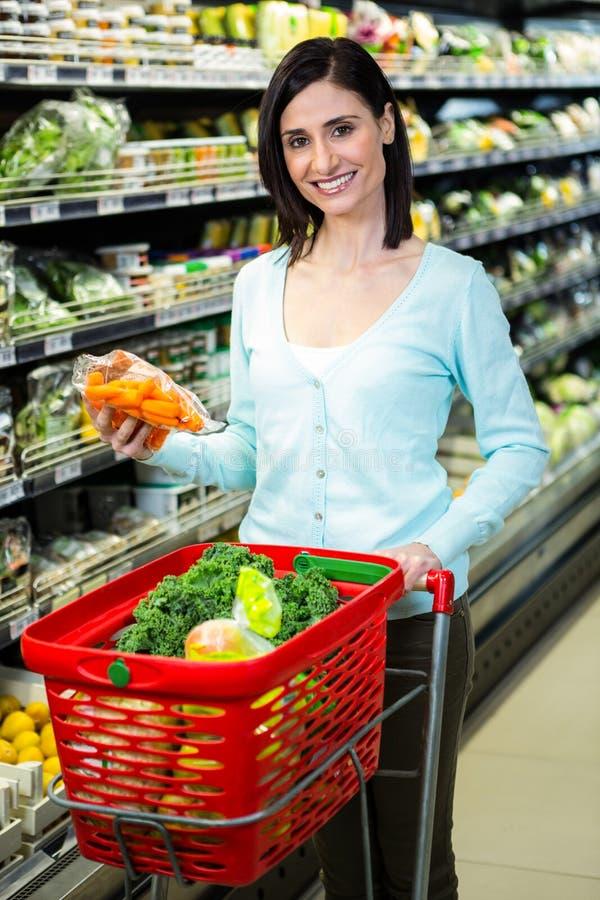Uśmiechnięci kobiety zrywania warzywa zdjęcie stock