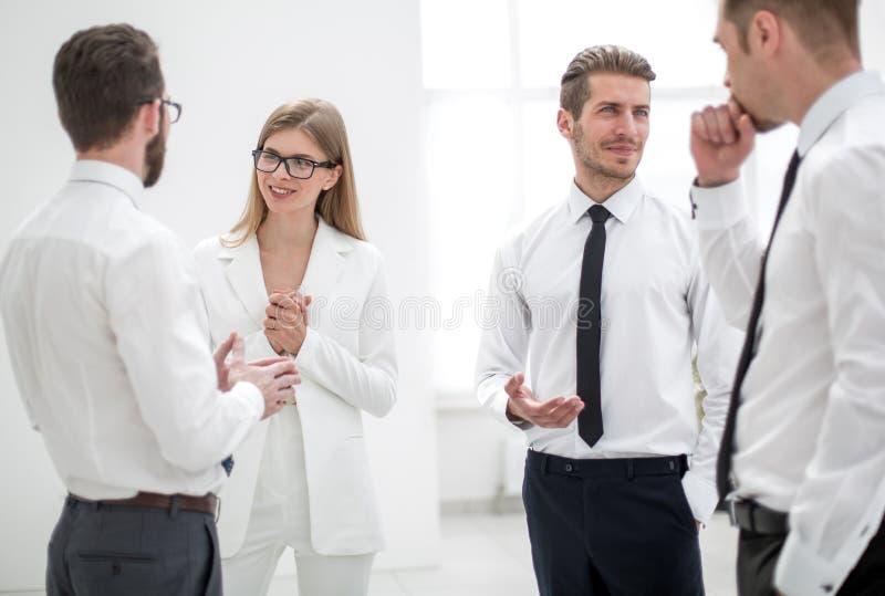Uśmiechnięci koledzy dyskutuje nowych pomysły zdjęcie stock