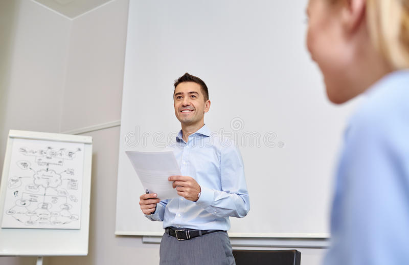 Uśmiechnięci ludzie biznesu spotyka w biurze zdjęcie royalty free