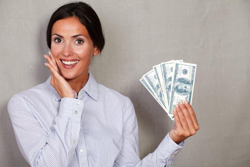Uśmiechnięci młodzi bizneswomanu mienia pieniądze rachunki obrazy royalty free