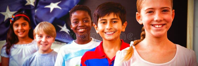Uśmiechnięci mali szkoła dzieciaki w szkolnym korytarzu zdjęcie royalty free