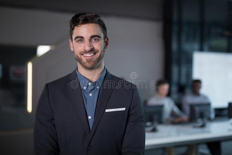 Uśmiechnięci obsługa klienta trenery stoi w biurze obrazy royalty free