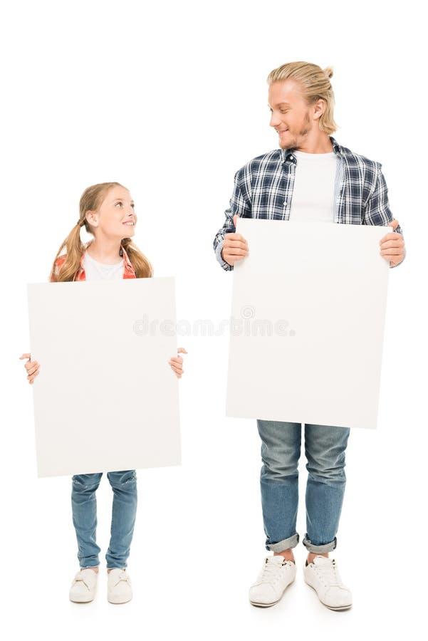 uśmiechnięci ojca i córki mienia puści sztandary w rękach zdjęcie royalty free