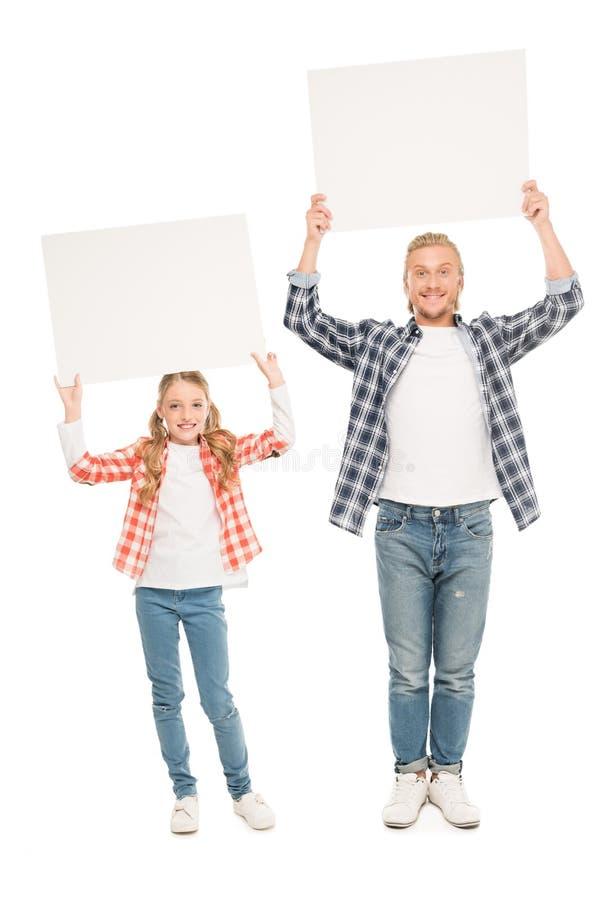 uśmiechnięci ojca i córki mienia puści sztandary w rękach zdjęcia stock