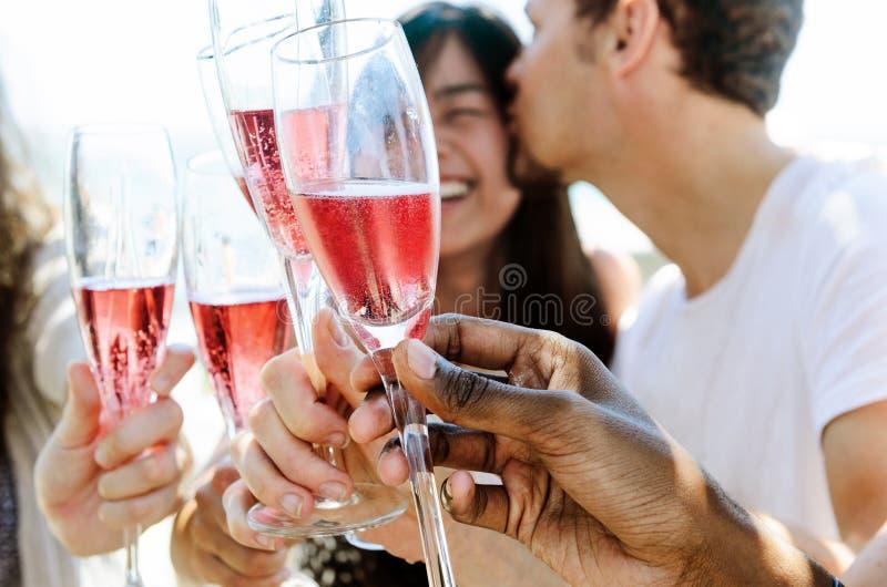 Uśmiechnięci przyjaciele świętuje specjalną okazję z napojami zdjęcia stock