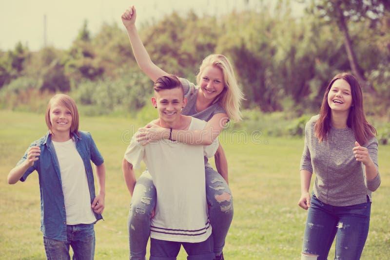 Uśmiechnięci przyjaciele ma zabawę i bieg fotografia stock