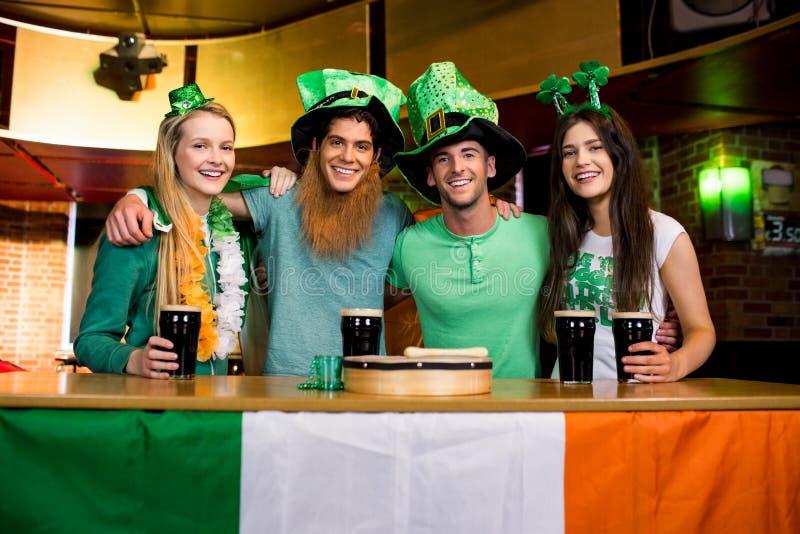 Uśmiechnięci przyjaciele z Irlandzkim akcesorium obraz royalty free