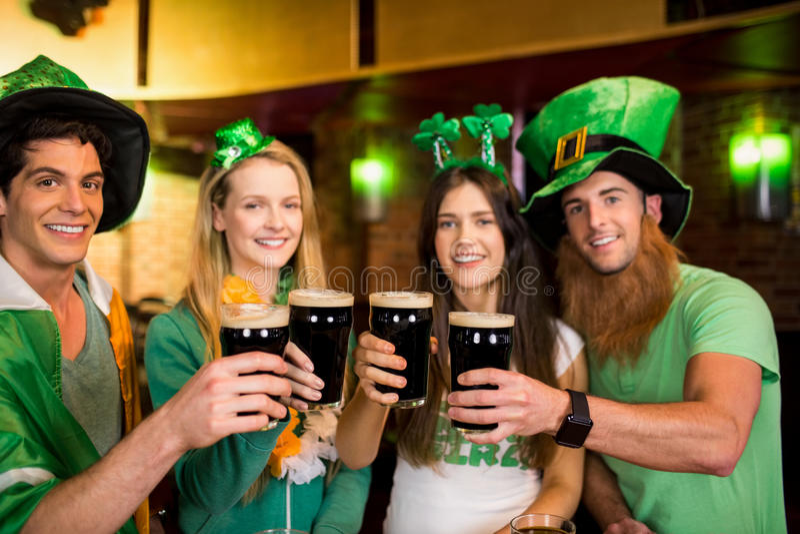 Uśmiechnięci przyjaciele z Irlandzkim akcesorium zdjęcia royalty free
