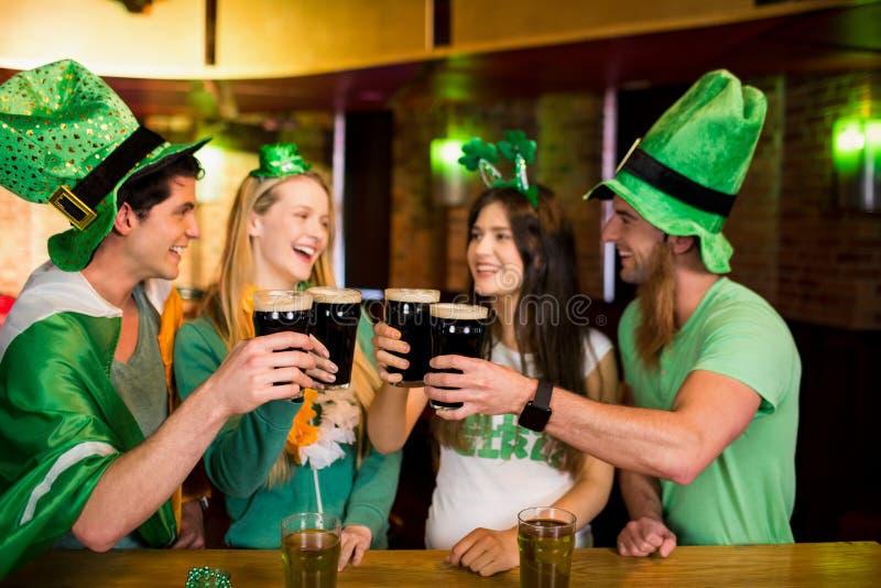 Uśmiechnięci przyjaciele z Irlandzkim akcesorium zdjęcia stock