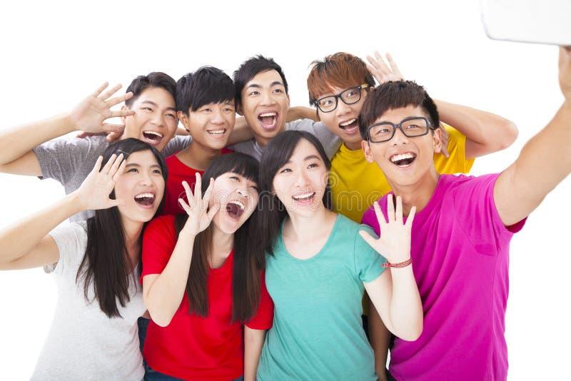 Uśmiechnięci przyjaciele z kamerą bierze jaźni fotografię obraz stock