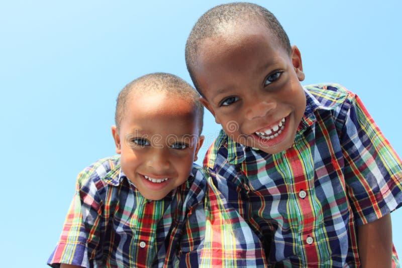 uśmiechnięci się bliźnięta obrazy royalty free
