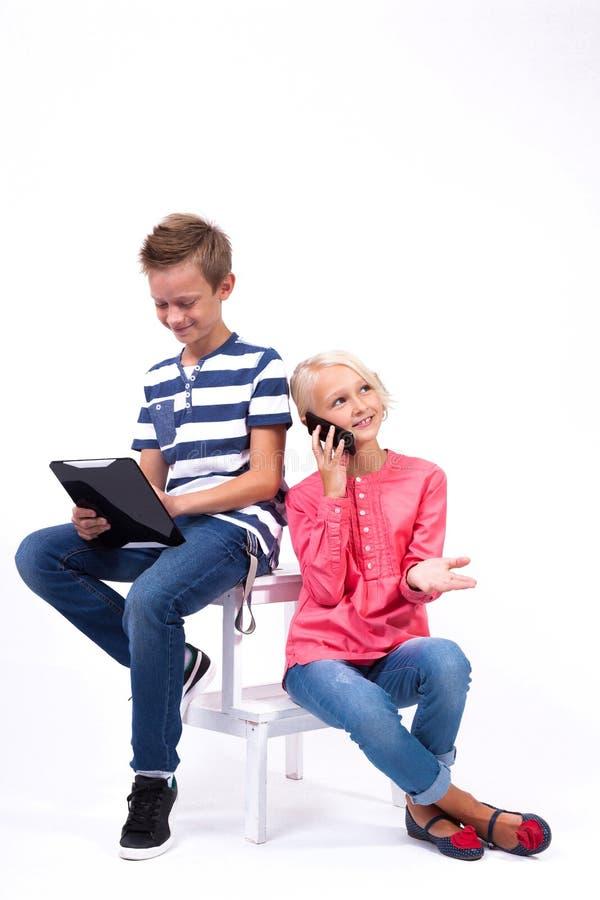 Uśmiechnięci ucznie uczą się o świacie i komunikują dowcip obraz royalty free