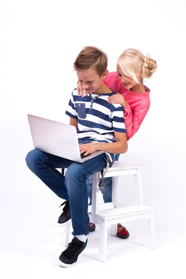 Uśmiechnięci ucznie uczą się o świacie i komunikują dowcip zdjęcia stock