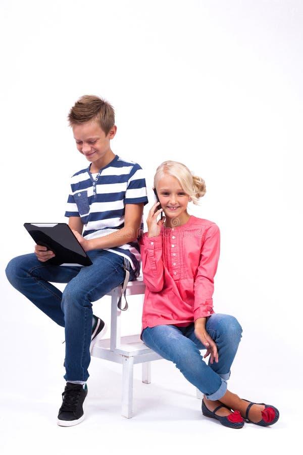 Uśmiechnięci ucznie uczą się o świacie i komunikują dowcip zdjęcie stock