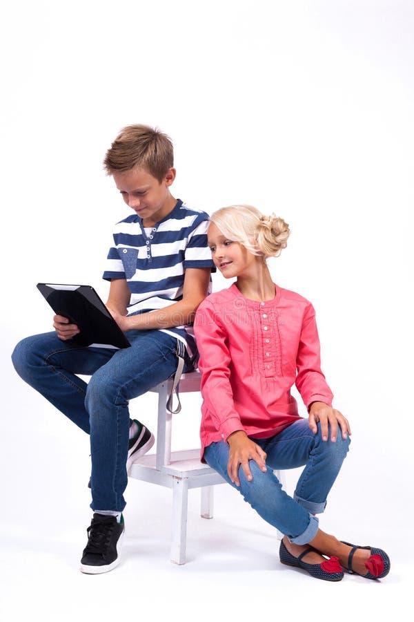 Uśmiechnięci ucznie uczą się o świacie i komunikują dowcip obrazy stock