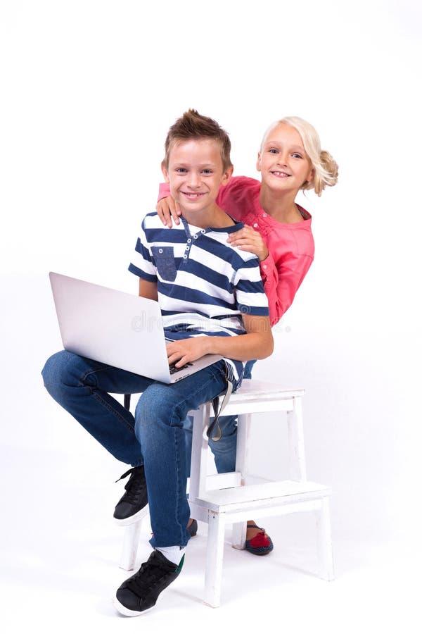 Uśmiechnięci ucznie uczą się o świacie i komunikują dowcip obrazy royalty free